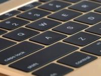 Klávesová revoluce se blíží. Apple ukáže příští rok MacBook, který se bude doslova měnit pod rukama