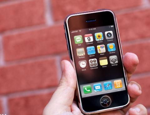 Exkurze do minulosti: Podívejte se, co všechno první iPhone neuměl