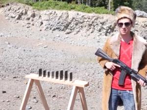 Víte kolik je třeba iPhonů, aby zastavili kulku z AK-74? [video]