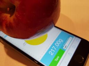 Šikovný vývojář vytvořil webovou aplikaci, která promění iPhone 6s na kapesní váhu