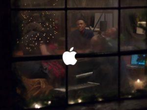 Apple představil svou první reklamu pro letošní Vánoce.  Zahrál si v ní Stevie Wonder