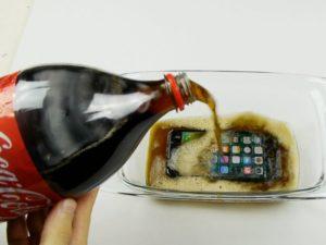 Extrémní test iPhonu 7. Přežije zmražený 12 hodin v Coca-Cole? (video)
