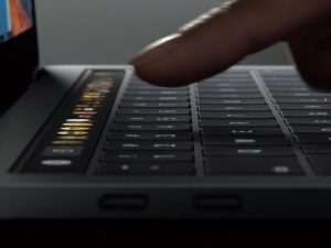 MajiteliMacBookuPro se pokazila klávesnice. Natočil o závadě písničku, která se stala internetovým hitem