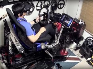 Příznivec počítačových her si postavil závodní simulátor za 600 tisíc