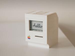 Tento chlapík postavil fungující repliku legendárního počítače Macintosh z kostiček Lega