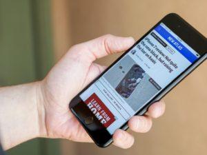 Češi surfují na internetu nejčastěji přes mobil. Možná rizika si nepřipouštějí