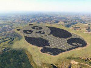 Čína postavila solární elektrárnu ve tvaru gigantické pandy