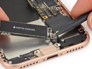 Rozborka iPhonu 8 ukázala jeho největší slabinu a značnou příbuznost s loňským modelem