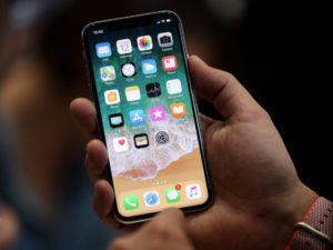 První iPhony X už opustily továrnu. Výroba ale stále nejede na maximum