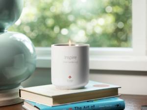 Po roce se vrací svíčka, co voní jako čerstvě rozbalený MacBook