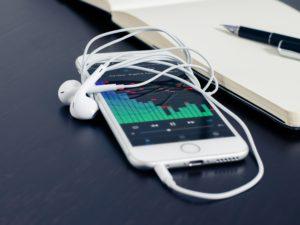 Sdružení amerických rozhlasových stanic lobbuje za FM rádio v iPhonu. Pomohlo by při přírodních katastrofách