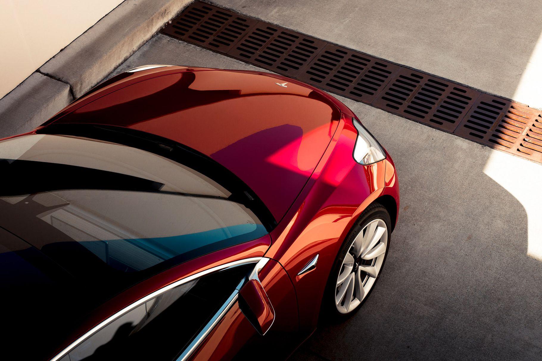 Tesla představila Model 3 svyšším výkonem a pohonem všech kol