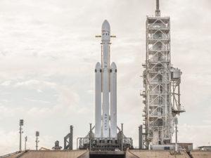 SpaceX zveřejnila úžasné snímky rakety Falcon Heavy. Obří rozměry a majestátnost berou dech