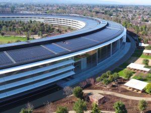 Dechberoucí záběry z dronu ukazují sídlo Applu v plné parádě