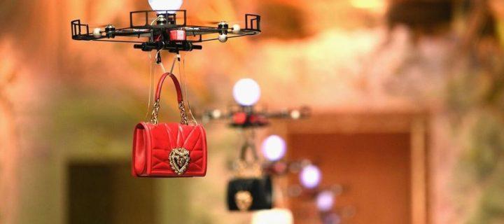 Dolce & Gabbana vyměnila modelky za drony. Na přehlídce předvedly novou kolekci kožených kabelek
