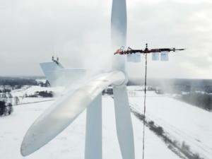 Podívejte se, jak gigantický průmyslový dron odstraňuje námrazu z větrné elektrárny