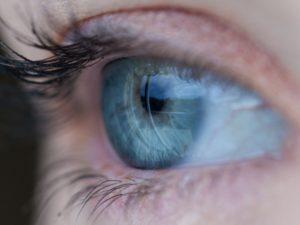 Apple investuje do nového typu laseru. Obraz dokáže promítat přímo na sítnici oka