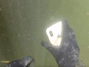 Ztracený iPhone X se po dvou týdnech na dně řeky vrátil zpět ke svému majiteli