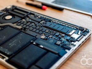 Vytunili jsme MacBook Pro. Stačily nám k tomu pouze dva šroubováky