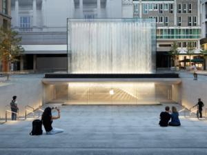 Amfiteátr, fontána a 230 zaměstnanců. To je nový Apple Store v Miláně