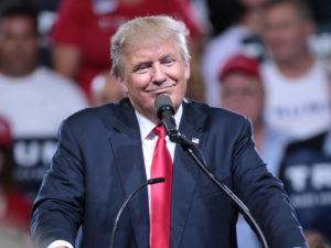 """""""Buď budete platit obří cla nebo přesunete výrobu do USA,"""" vzkazuje Donald Trump Applu"""