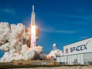 Známe jméno prvního turisty, kterého SpaceX vyšle kolem Měsíce