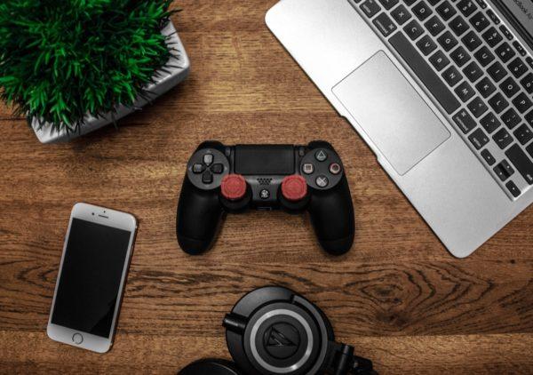 MacBook Air, PS4, Dualshock 4, iPhone